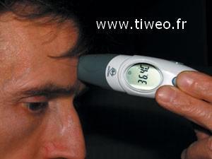 Frontal y oído hablar de termómetro médico